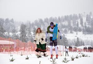 Oscar Persson på väg mot mållinjen med kransen runt halsen.