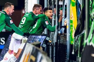 Alexander Jallow gjorde båda Jönköpings Södras mål i måstematchen mot Gais på Stadsparksvallen. Här firar han det första målet med lagkamraterna och fansen.