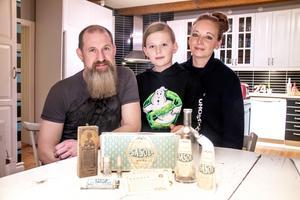 Patrick, Theo och Jenny har en liten, men naggande god samling. Det fanns inga Sasol-föremål kvar i huset när Patrick flyttade in i mitten på 1990-talet.