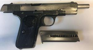 Pistolen som hittades hemma hos 26-åringen är av belgiska fabrikatet Fabrique Nationale och användes inom det svenska försvaret. Bild: Polisen