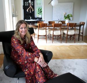 Helena Köhl och hennes sambo inreder sitt hem varsamt och tänker över varje inköp. Fåtöljen Helena sitter i är Hans J. Wegners