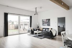 Inuti är huset som en blandning av en stor lägenhet och en modern villa vid Medelhavet. Foto: Ralph Welin/Skandiamäklarna