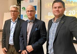 Från vänster:  Lennart Bondeson (KD), Kenneth Nilsson (S) och Per-Åke Sörman (C) går igenom några av de saker som genomfört under de tre år då deras partier styrt Örebro.