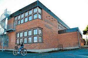 Karlsängsskolan är sliten. Debatten går hög i Nora om den ska ersättas eller renoveras.