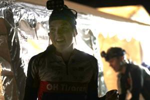 Ellinor Eriksson var sprudlande glad direkt efter målgång i natt-SM, trots att hon missade karriärens första SM-medalj med bara två sekunders marginal efter 98 minuters löpning.
