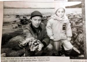 Bild från ÖA för 25 år sedan. Åke Pettersson med dottern Sandra och den krabba som fastnade i hans nät.