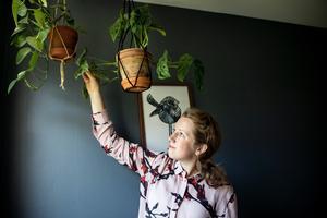 Therese Rosenvinge har tränat upp sina gröna fingrar, tidigare hade hon inget större intresse för blommor. I dag driver hon Krukväxtpodden och hemmet är dekorerat med växtlighet.Foto: Christine Olsson / TT