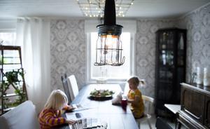 Matsalsarmaturen har Åsa och John fixat själva. Armeringsnät, en ljusslinga och industristil på lamporna satte pricken över i:et.