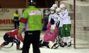 Mattias Larsson petade in en retur för 2–0 på Edsbyns andra hörna.