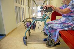 Alla vårdcentraler ska erbjuda fast direktkontakt för personer med stort vårdbehov. Det blir dock inte i form av regelrätta äldremottagningar.