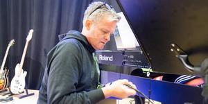 Niklas Hoxell kopplar in instrumenten till Scheeleskolans avslutningsfirande.