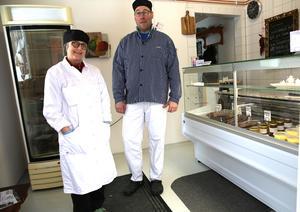 Nina och Johan i gårdsbutiken.