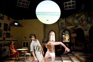Moraliska dilemman presenteras i Riksteaterns uppsättning Oskuld, av tyska dramatikern Dea Loher. Här flyktingarna som avstår att gripa in när en ung kvinna dränker sig.