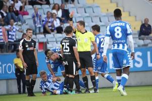 Örebros Nordin Gerzic får rött kort efter ett bråk med IFK:s Carl Starfelt.foto: Adam Ihse / TT
