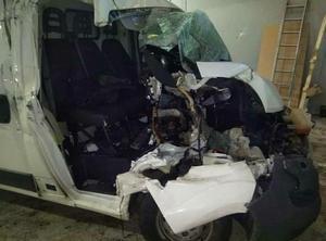 Så här såg minibussen ut efter olyckan den 13 december. Patrik satt i passagerarsätet och höll på med telefonen när det small till.
