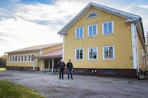 Färgen har flagnat på Vallviks Folkets hus.