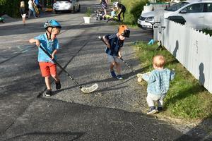 Under måndagskvällen lekte barnen fritt mitt i gatan, men under noggrann uppsikt av sina föräldrar.