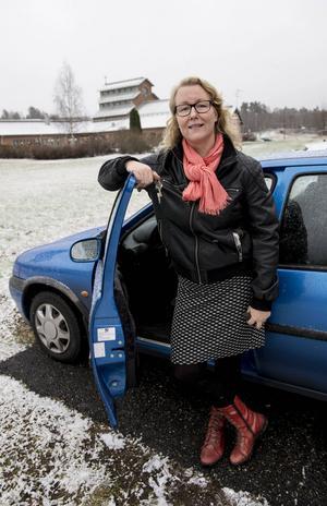 Lärare Marie Andersson pendlar dagligen mellan hemmet i Mjösund och skolan i Granloholm. Nu hoppas hon att restiden förkortas väsentligt.