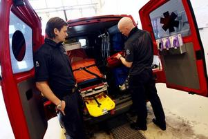 När tv filmat har Emil Holmström och Jon Sjöberg varit stationerade på sjukvårdsbilen eller IVPA som de kallar den, I Väntan På Ambulans.