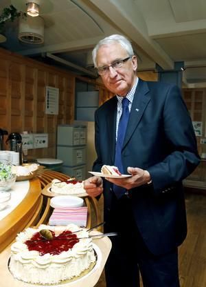 Tårtkalas. Efter 42 år i Gävle kommun gick Skolkontorets kvalitetschef Dick Lundberg i pension på torsdagen. Han avtackades med jordgubbstårta.