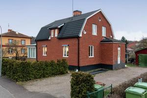 Näst mest klickat i KAK-området och mest klickat i Arboga sista veckan på året är den här villan med sju rum. Foto: Svensk fastighetsförmedling.