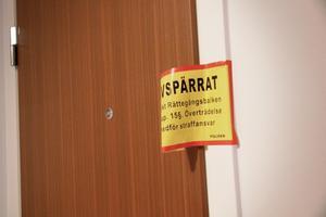 Inne i lägenheten vakade 52-åringen över sin strypta fru och ringde sedan själv polisen.