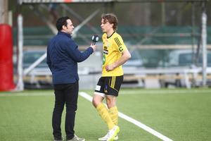 Fredrik Stenberg intervjuas av Sportens Leo Hägglund efter en match mot Hudiksvalls FF i maj 2016.
