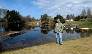 I vanliga fall brukar sjön börja en bit bakom staketet på Tomas  Hellströms tomt.