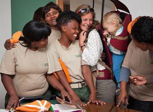 Nina tillsammans med några av de kvinnor i Gaansbai i Sydafrika som hon arbetade med under en lång tid. – Hela tiden hade jag Noah med mig på ryggen, precis överallt. Det här var en mycket speciell tid i mitt liv, säger Nina.