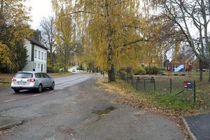 Bärkevägen genom Söderbärke kommer att få ett nytt asfaltslager i sommar. Trafikverket beräknar kostnaden till 2,5 miljoner kronor. Bild: Torbjörn Granling