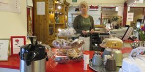 I kaféet finns hembakta kakor och godbitar. Som butiksansvarig rycker Gun Rova in där det behövs. Ibland står hon och bakar.
