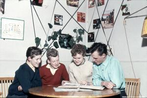 Ungdomar med LP-skivor i bakgrunden på Rosta ungdomsgård anno 1956. Personer:Från vänster: Bengt-Åke Blomgren, Lars Gustavsson, okänd, Bernt Ström. Bildkälla: Örebro stadsarkiv, fotograf okänd