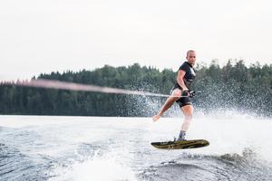 Systrarna tävlar i både slalom och trick – två av tre grenar inom vattenskidåkning.