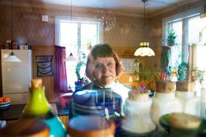 Från matsalen kan man via ett litet fönster kika in i köket som är Hilkkas favoritrum.