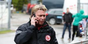 Mikael Teurnberg med en telefon mot örat har varit en vanlig syn om man besökt HZ Bygg Arena det senaste decenniet.