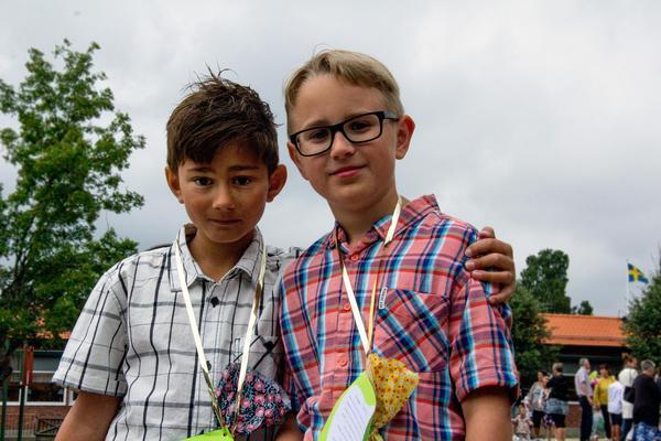 Kompisarna Milton Molnar och Charlie Wernell som trots det gråa vädret är nöjda med att skolterminen är slut.