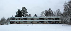 Bara på  Sexbovägen i Långshyttan har Migrationsveket hyrt 17 lägenheter som man nu säger upp.