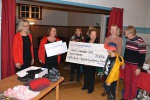 Styrelsen i Skålbo bygdegård tar emot checken från LF samhällsfond