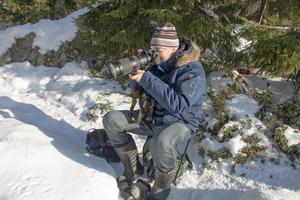 Skogen är en populär plats för fågelskådare. Här syns Berndt Söderlund med kameran i högsta hugg.