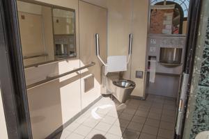 Toaletten vid pendeltågsstationen dras med dålig lukt och är inte särskilt städad när LT undersöker.