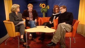 Sissela Kyle spelar programledare och hennes gäster bondkomikern Pelle Röv (Robert Gustafsson), idéhistorikern Gunilla Franzén (Anna Björk) och regissören Arne Holm (Johan Wahlström) diskuterar humorns fenomen i den här sketchen hur komediserien