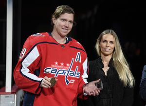 Inför matchen hyllades Bäckström för sina 600 assist i NHL och fick bland annat ta emot en guldpuck.