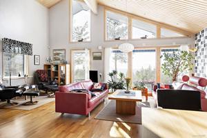 Enplansvillan i Notand har en luftigt planlösning, högt i tak med stora fönster och utsikt över havet. Foto: David Håkansson
