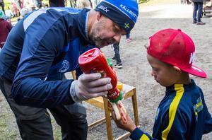"""På 25 röda tryckningar går det bara en senaps-dito. """"Det finns en tanke med att jag har ketchupen i höger hand"""" säger Calle Kalldal och servar Hugo Johansson."""