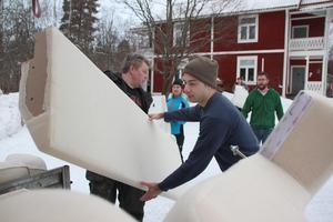 Hämta möbler på ett ställe och köra dem vidare till nästa. Frivilliga Falubor både jobbar och skänker genom Kompis Falun.