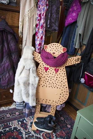 Hemmet är fullt av personliga, roliga detaljer – som denna klädhängare fyndad på loppis.