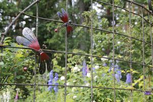 Vackra skulpturer skapade av Curt Fernros lyfter den annars ljuvligt prunkande trädgården.
