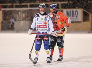 Johan Esplund och Ville Aaltonen under snömatchen mot Bollnäs (1–1) förra veckan.
