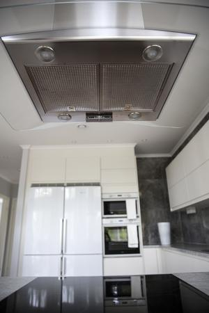 Under fläkten i köket sitter en spisvakt. En detalj som skyddar huset från den vanligaste brandorsaken i ett hus.