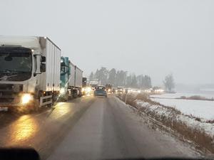 Kilometerlånga köer mellan Kolbäck och Västerås när trafiken leds om i snöovädret  på grund av en trafikolycka på E18. Foto: Läsarbild